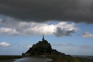 Temni oblaki nad samostanom Mont Saint-Michel