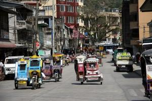 Živahna glavna ulica v trgovski vasi Bontoc na Filipinih