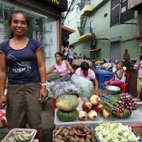 Prodajalka na barviti tržnici v četrti Quiapo v Manili
