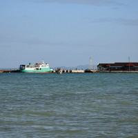 Pomol v Santa Feju na otoku Bantayan na Filipinih in trajekt, kakršni vozijo med otokom Bantayan in Hagnayo
