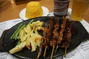 Nabodalca z ocvrtim krompirčkom v restavraciji Sizzling Plate v Baguiu na Filipinih