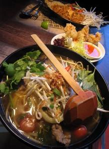 Goveja juha Pho, mošnjički s piščancem in gobami šitake ter Pad Thai v restavraciji Banana Tree v Londonu
