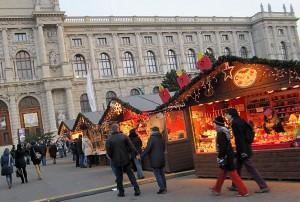 Božična vas na trgu Marije Terezije na Dunaju