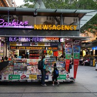 Vozovnice za mestni potniški promet v Brisbanu lahko kupite v kioskih s časopisi.