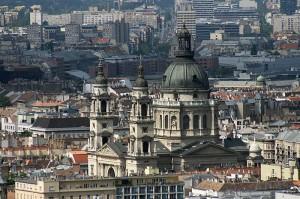 Bazilika sv. Štefana z utrujenimi socialističnimi bloki v daljavi