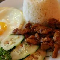 Tipičen filipinski zajtrk: piščanec na način tocino, riž in ocvrto jajce