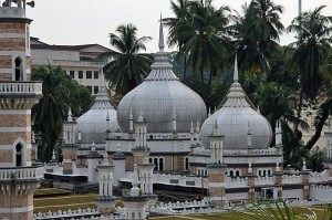 Pogled na kupole najstarejše mošeje v Kuala Lumpurju Masjid Jamek s postaje mestne železnice Masjid Jamek.