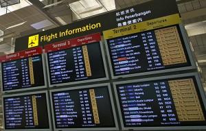 Po prihodu na letališče na monitorjih preverite, pri katerem pultu se prijavite na let