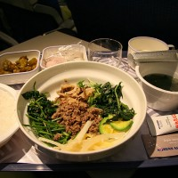 Nekatere letalske družbe za potnike na medcelinskih letih pripravljajo prave pojedine, a ne pozabite, da pretiravanje s hrano in alkoholom na letalu povzroči slabo počutje.