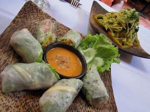 Zvitki iz riževega papirja s kikirikijevo omako in solata iz zelene papaje