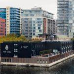 V Londonu odprli prvi plavajoči hotel